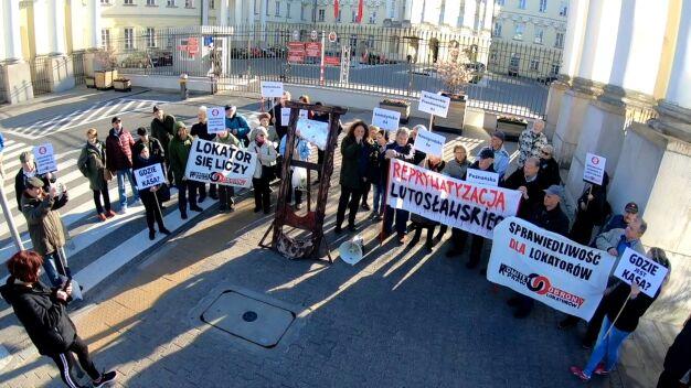 Atrapa gilotyny, petycja z żądaniami. Manifestacja lokatorów przed ratuszem