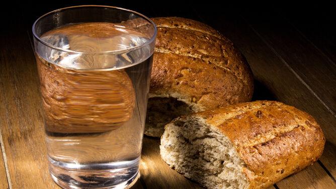 """Czy życie """"o chlebie i wodzie"""" jest możliwe?"""