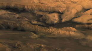 """Blizna na twarzy Marsa"" na superdokładnych obrazach"