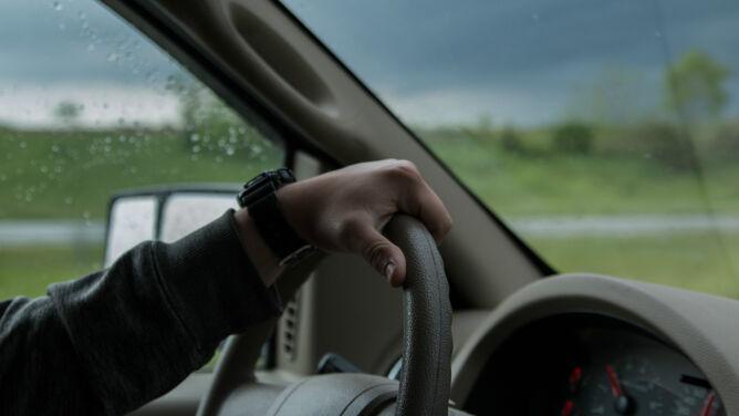 Drogi mokre od deszczu. <br />Uwaga na silny wiatr
